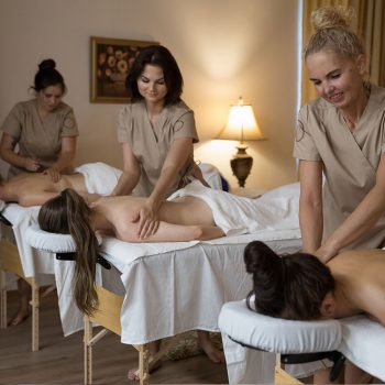 Laima Laura ir Jurgita daro masažą